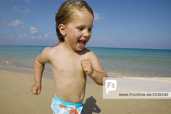glückliches junges Mädchen am Strand ausgeführt