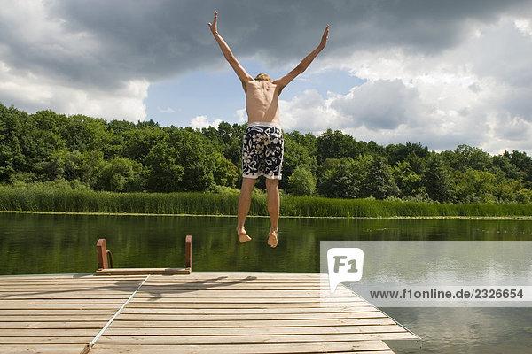 Mann Badehose springen Kai Rückansicht Ansicht jung
