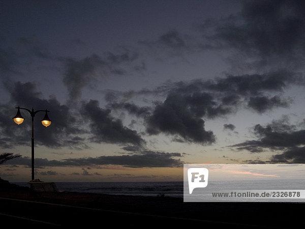 Laternenpfahl beleuchtet an der K??ste während der Dämmerung  Valle Korn Rey  La Gomera  Kanaren  Spanien