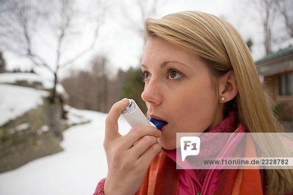 Bronchiale Inhalator verwenden Außenaufnahme