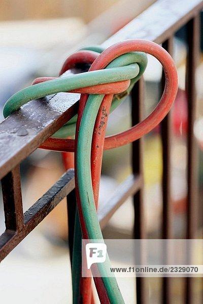 Fackel Kabel an Geländer gebunden