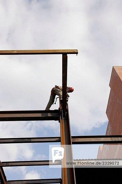 Stahl Worker working auf Stahlträger