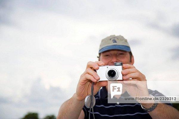Mann mit digitalen Kamera im Freien  Key Largo  Florida  USA