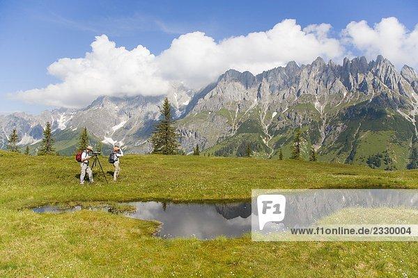 Zwei Wanderer auf Landschaft  Berchtesgadener Alpen  Salzburg  Österreich