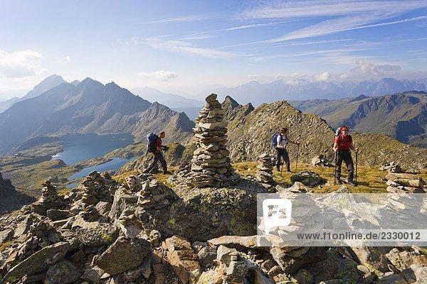 Rock Cairns und Gruppe von Bergsteiger  Schobergruppe  Österreich
