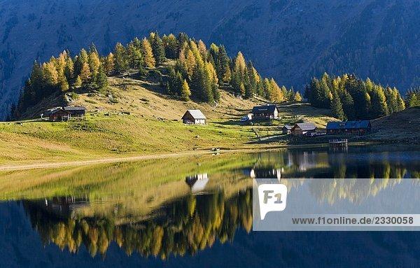 Reflexion von Bäumen und Gartenhäuser in Wasser,  Duisitzkarsee,  Niedere Tauern,  Österreich