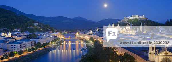 Vollmond über Berg,  Kapuzinerberg,  Salzach River,  Festung Hohensalzburg,  Salzburg,  Österreich