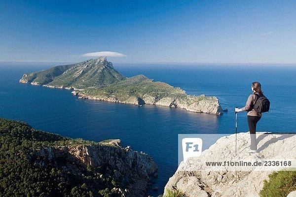 Weibliche Walker Blick auf Sa Dragonera Insel von Mallorca  Spanien