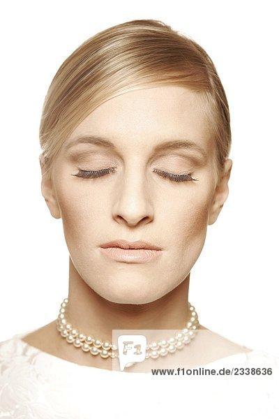Brautportrait mit geschlossenen Augen mund