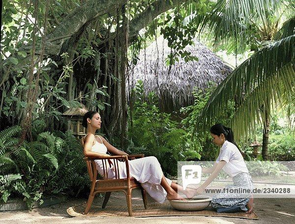 Frau mit Fußbad im Garten