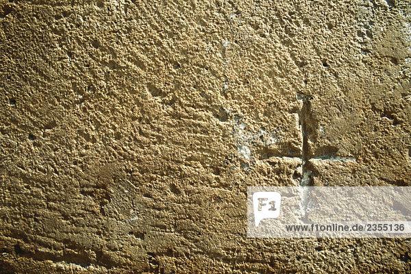 Kreuz in die Wand geschnitzt  Nahaufnahme
