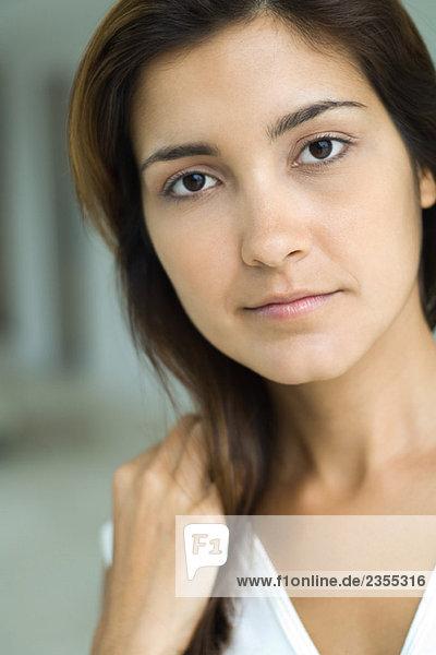 Junge Frau  Blick in die Kamera  Nahaufnahme  Porträt