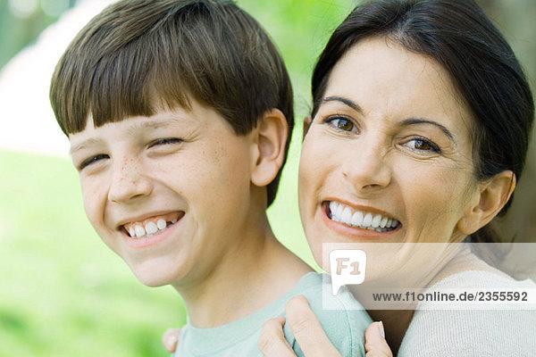 Mutter und Sohn lächeln vor der Kamera  Porträt