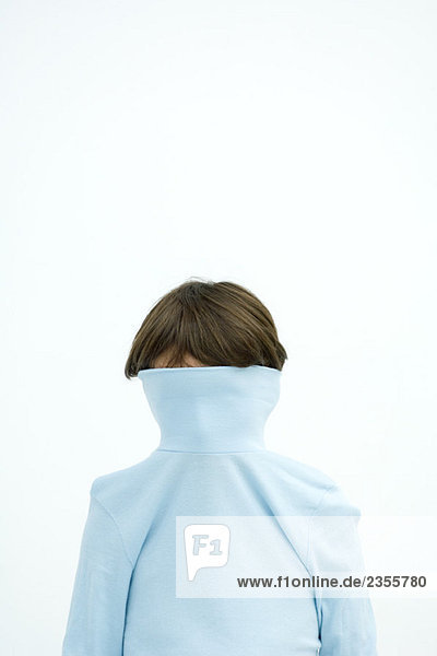 Junge mit Rollkragenpulli über das Gesicht gezogen  Portrait
