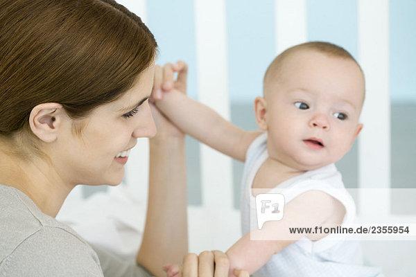 Mutter hält Babyhände  Nahaufnahme