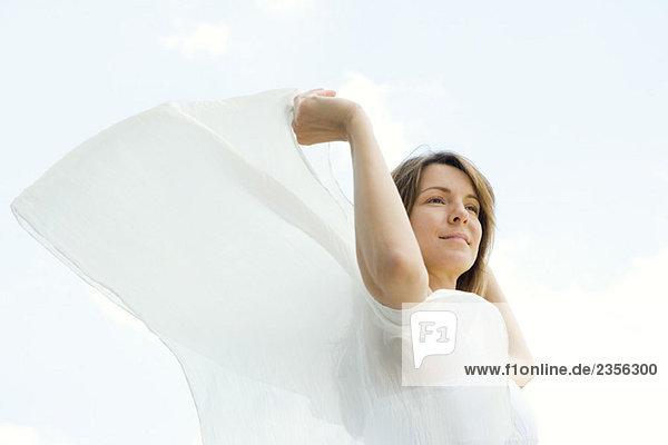Woman im Freien  halten Schal in Wind  looking away  Untersicht Woman im Freien, halten Schal in Wind, looking away, Untersicht