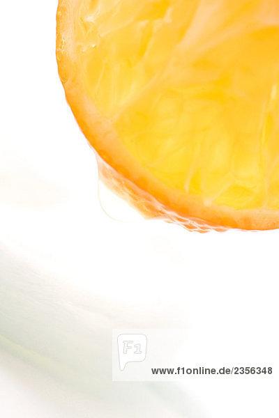 Saftige Frucht tropft auf zu kosmetischen Wattepad  extreme Nahaufnahme Saftige Frucht tropft auf zu kosmetischen Wattepad, extreme Nahaufnahme