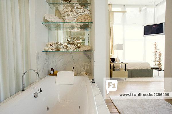 luxus hotel badezimmer mit gro er badewanne schlafzimmer im hintergrund lizenzfreies bild. Black Bedroom Furniture Sets. Home Design Ideas