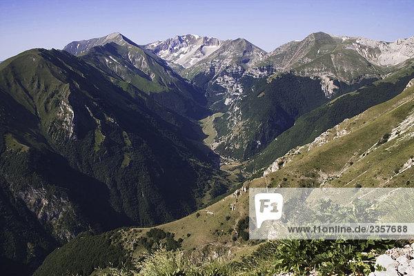 Italien  Marche  Monti Sibillini Nationalpark: Blick auf Vettore Mount auf der linken und der Gipfel des Redentore Mount auf der rechten Seite