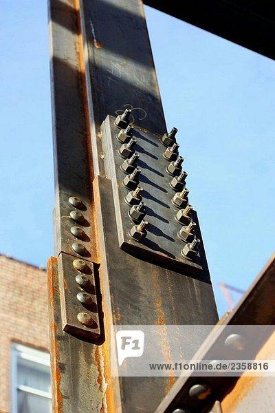 Zwei Stahl-ich Balken verbunden mit Anker Schrauben