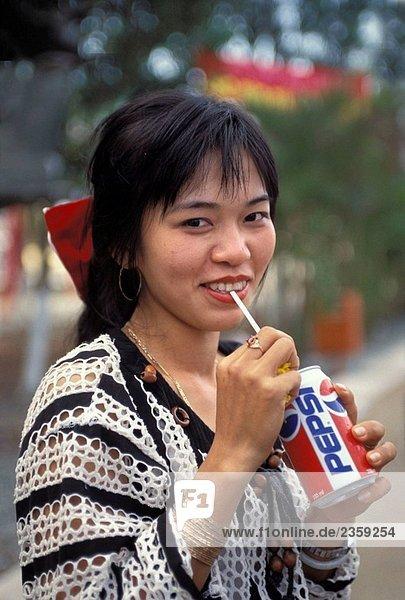 Junge Frau trinkt eine Pepsi Can  dam Sen Park  Tet Festival  Saigon  Vietnam