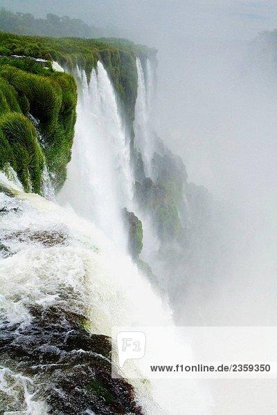 Iguazu-Fälle. Argentinien-Brasilien-Grenze Iguazu-Fälle. Argentinien-Brasilien-Grenze