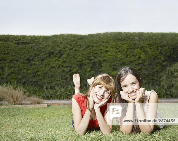 Außenaufnahme liegend liegen liegt liegendes liegender liegende daliegen Frau lächeln 2 Gras freie Natur