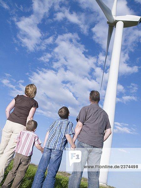 Familie stehende Außenaufnahme von Windmill Hände
