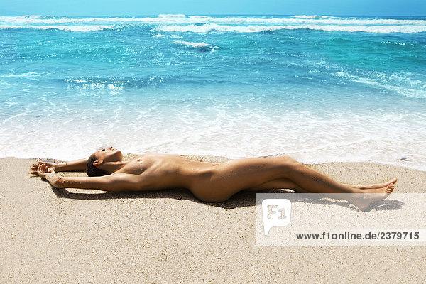 Nackte Junge Frau Auf Sand Am Strand Liegend Stock Fotografie