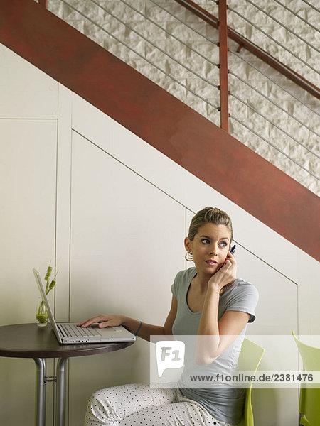 Teenagerin im Cafe mit Laptop  mobil
