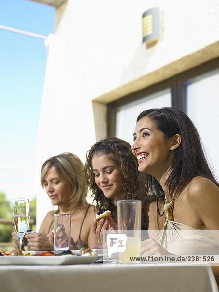 Mutter mit Töchtern beim Feiern