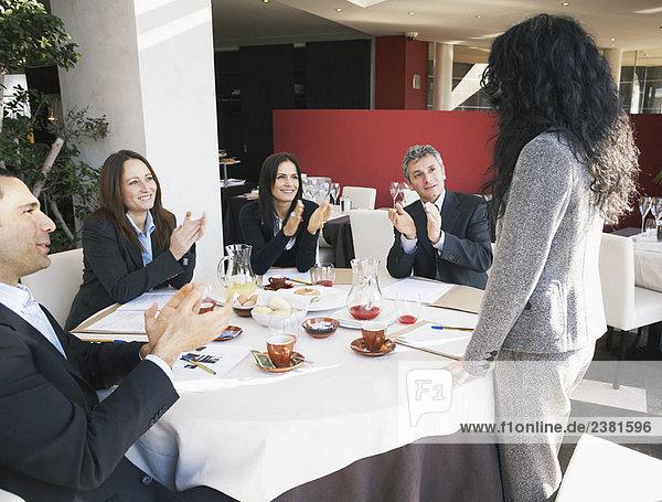 Reife Geschäftsfrau erhält Applaus
