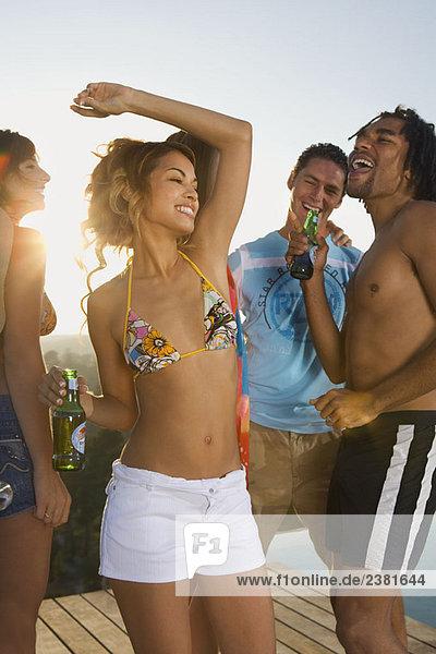 Männer und Frauen tanzen auf der Terrasse