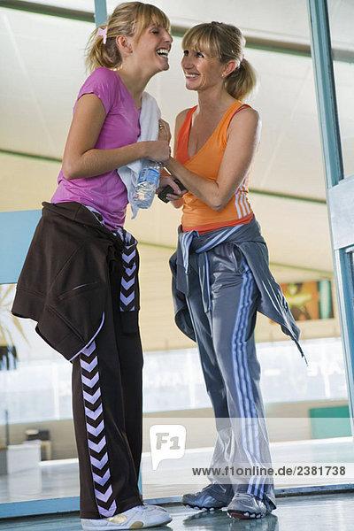Tochter und Mutter im Fitnessstudio