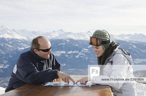Mann und junge Frau auf der Karte