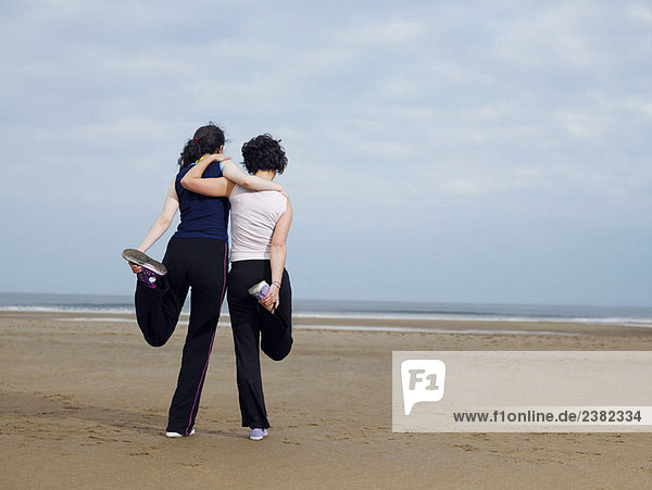 Zwei junge Weibchen  die sich am Strand ausstrecken.