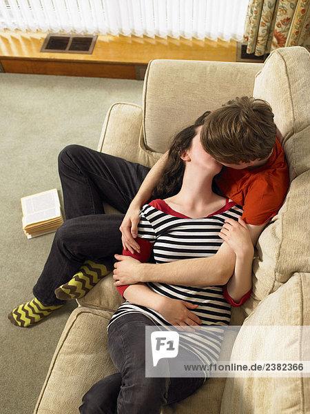 Junges Paar beim Kuscheln und Küssen