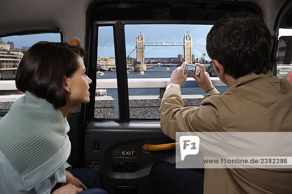 Ehepaar im Taxi  Blick auf die Tower Bridge