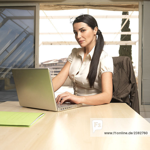 Frau mit Laptop  Portrait