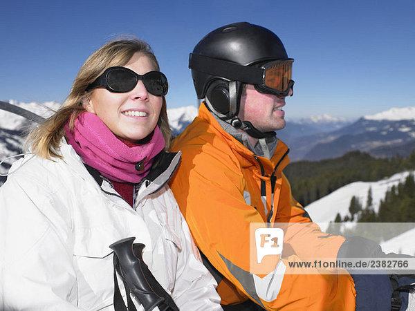 Lächelndes Paar am Skilift