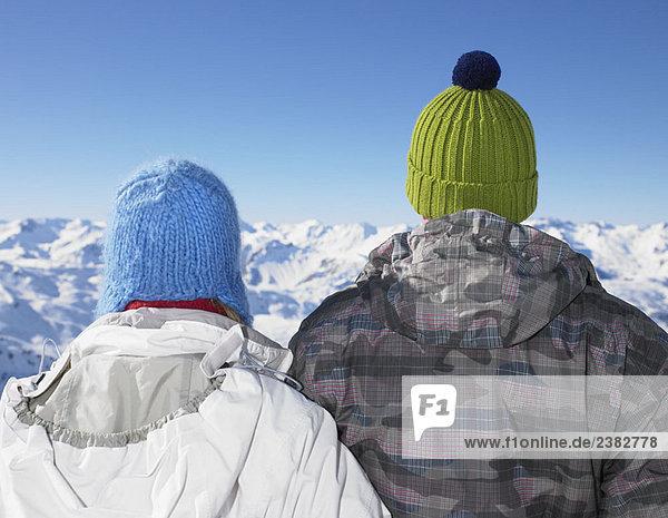 Paar bewundernde Bergblicke