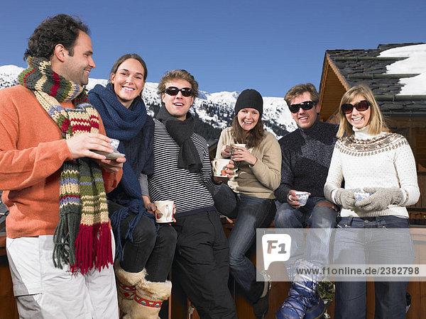 Gruppe von Freunden auf der Terrasse in den Bergen