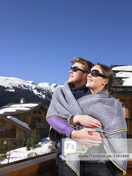 Paar in Decke in den Bergen