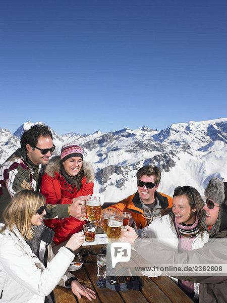 Gruppe von Freunden bei einem Drink auf der Terrasse