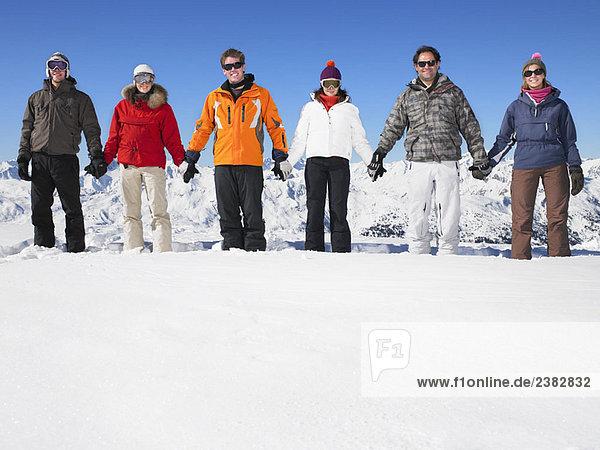 Gruppe hält Händchen am Berg