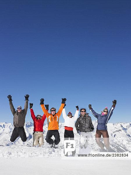 Gruppenspringen im Schnee