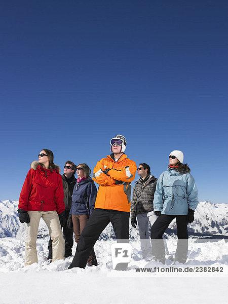 Gruppe im Schnee stehend