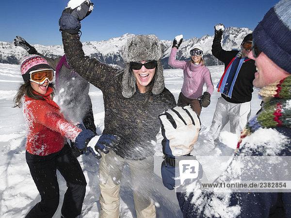 Gruppenwurf von Schneebällen