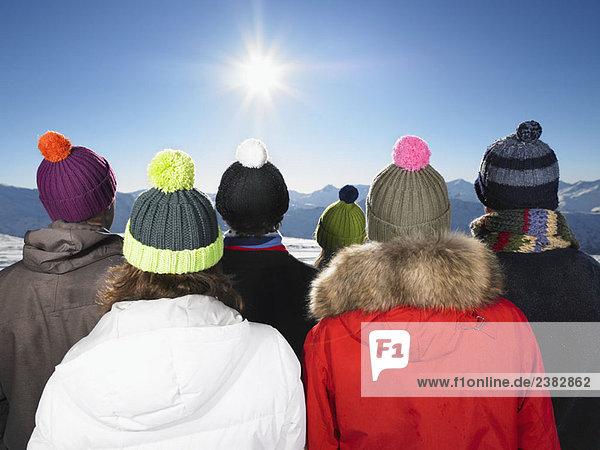 Gruppe mit Blick auf die Berge