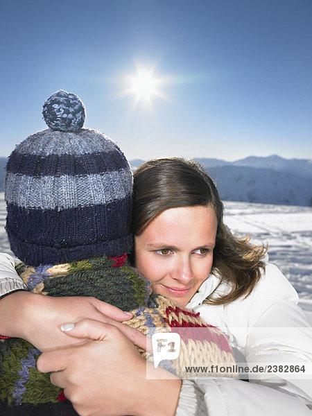 Paarumarmung auf dem Berggipfel